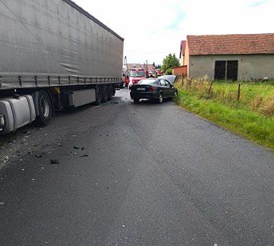 Wypadek ciężarówki z autem osobowym w Szklarach Górnych