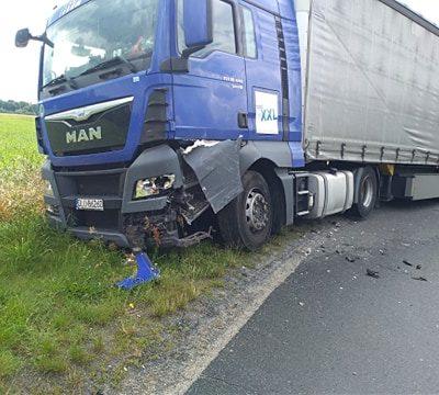 Rozbita ciężarówka po wypadku w Szklarach Górnych