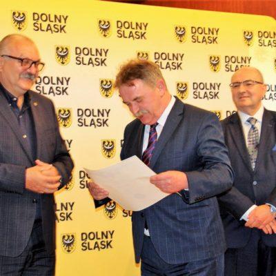 Wójt Tadeusz Kielan odbiera promesy