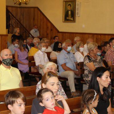 Wierni podczas mszy pożegnalnej