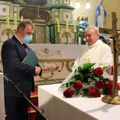 Podziękowania dla proboszcza na mszy pożegnalnej w Miłoradzicach