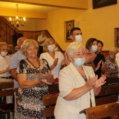 Oklaski dla proboszcza podczas mszy pożegnalnej