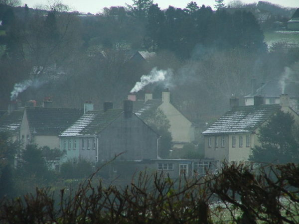 Smog, dym unoszący się z kominów