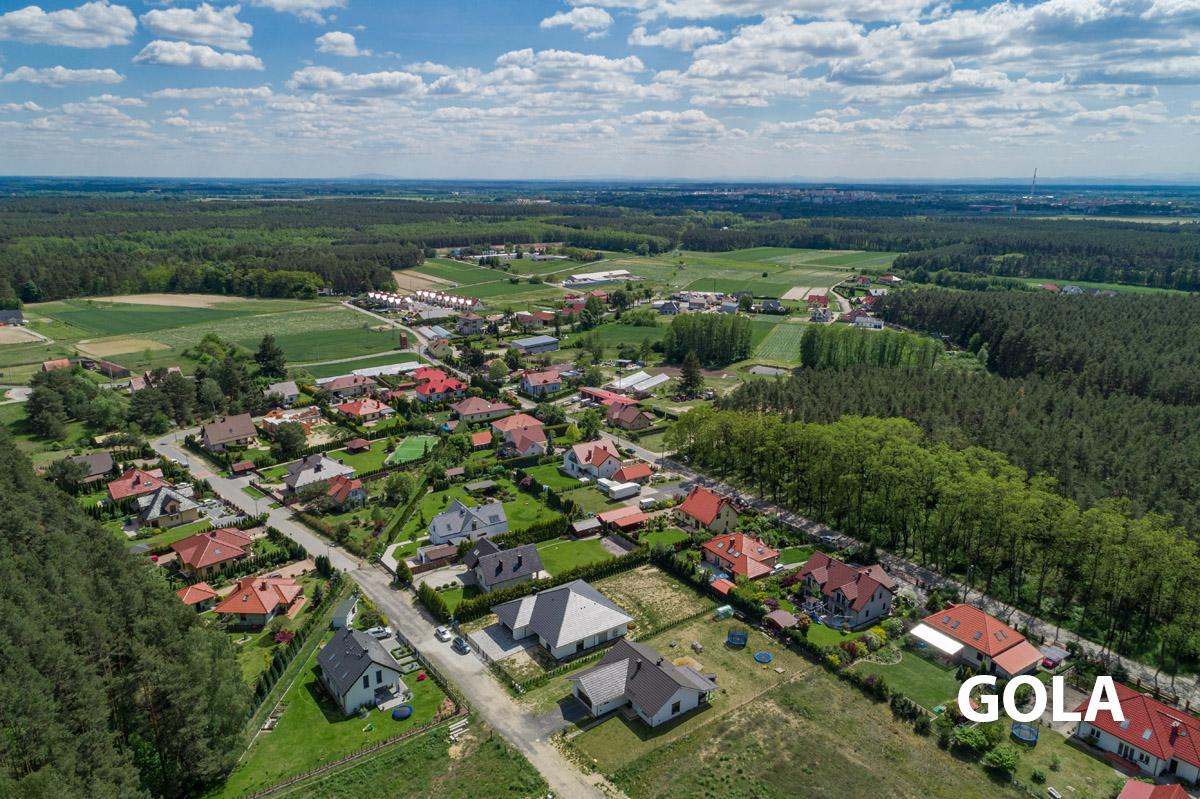Widok z drona na wioskę Gola