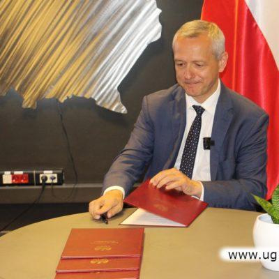 Minister cyfryzacji podpisuje porozumienie