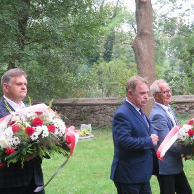 Przedstawiciele gminy modlą się nad grobem