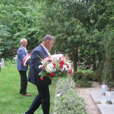 Złożenie kwiatów na grobie ofiar wojennych