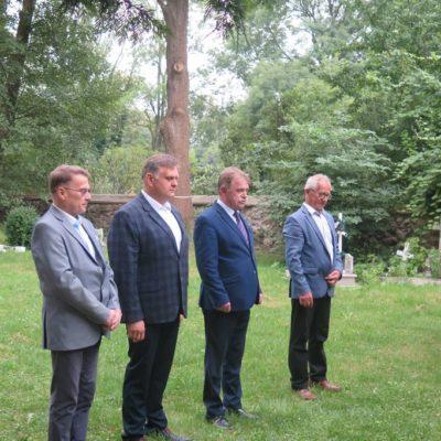 Tadeusz Kielan, Norbert Grabowski, Stanisław Ryniec oraz Kazimierz Tomczyszyn składają hołd