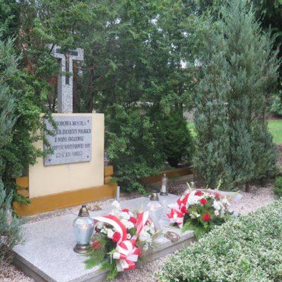 Kwiaty na zbiorowej mogile zmarłych żołnierzy polskich II wojny światowej z kampanii wrześniowej