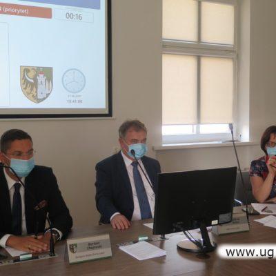 Wójt Tadeusz Kielan podczas sesji Rady Gminy Lubin