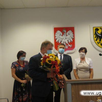 Wójt Gminy Lubin Tadeusz Kieln z kwiatami