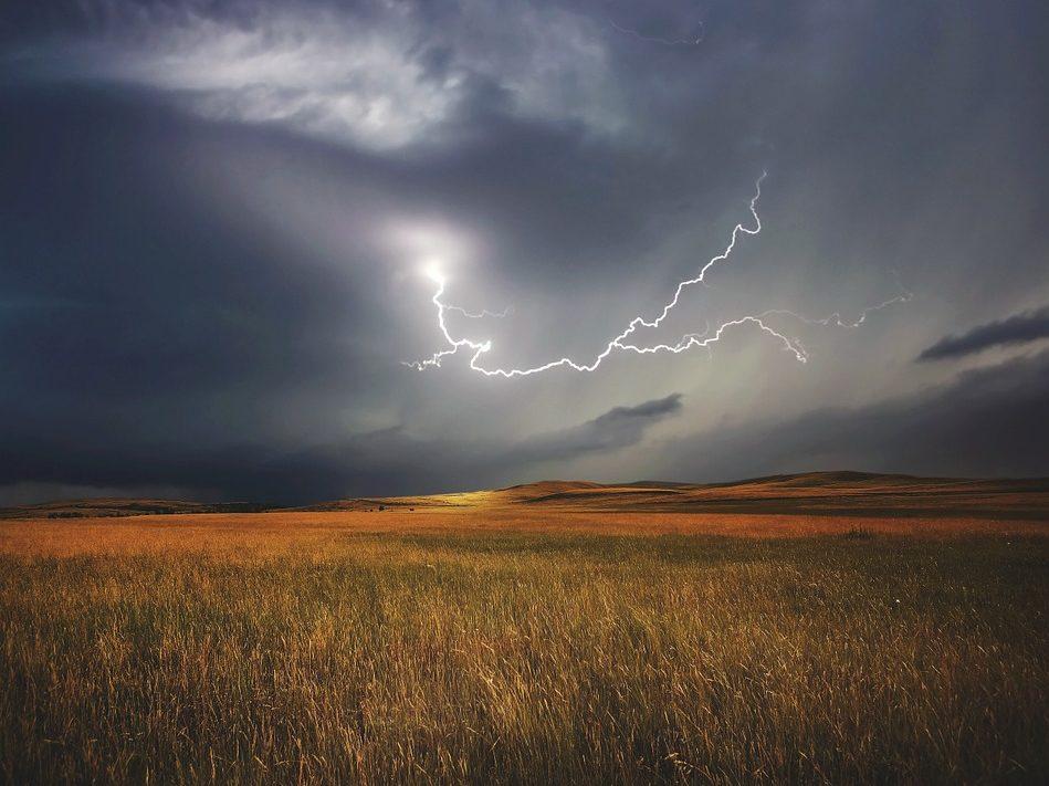 Ostrzeżenie przed burzami-pioruny na niebie