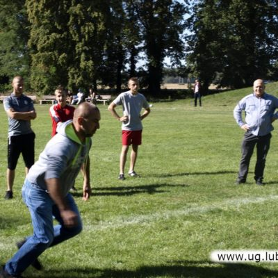 Mężczyźni na boisku z piłką po meczu