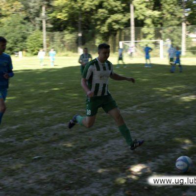 Piłkarze w grze podczas derbowego meczu