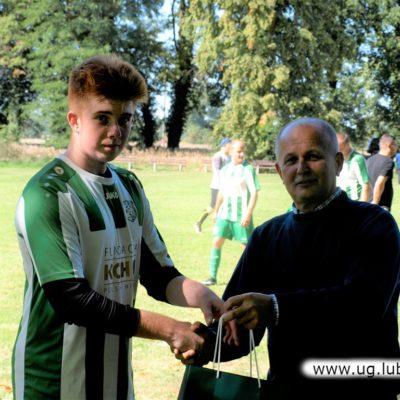 Piłkarz Iskra Księginice odbiera nagrodę