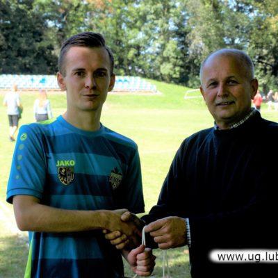 Odbiór nagrody przez piłkarza Platan Siedlce