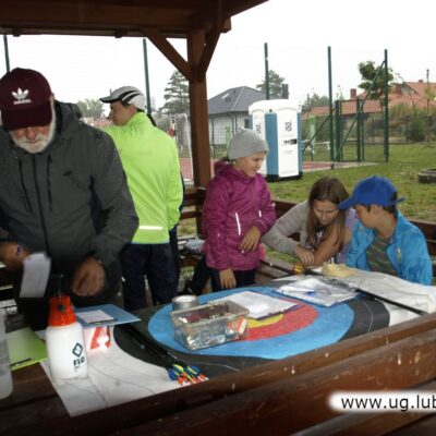 Z powodu ulewnego deszczu zawody zorganizowano pod drewnianą wiatą.