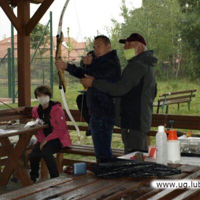 Sędzia zawodów służył także radę przed strzałami próbnymi.
