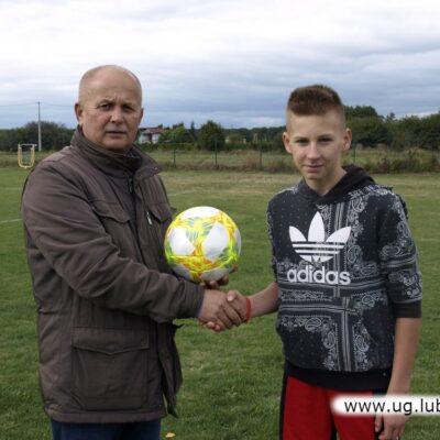 Zwycięzca zawodów dla kibiców otrzymał w nagrodę piłkę.
