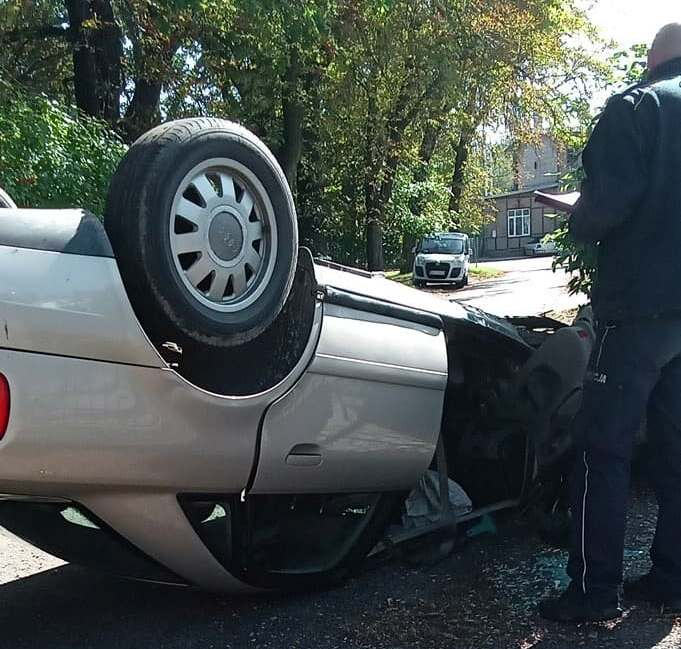 Auto leżące na dachu po wypadku