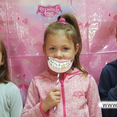 Dziewczynka z papierowym uśmiechem w przedszkolu