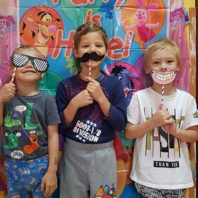 Dzieci z papierowymi akcesoriami do zdjęć