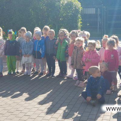 Przedszkolaki na podwórku w Raszówce