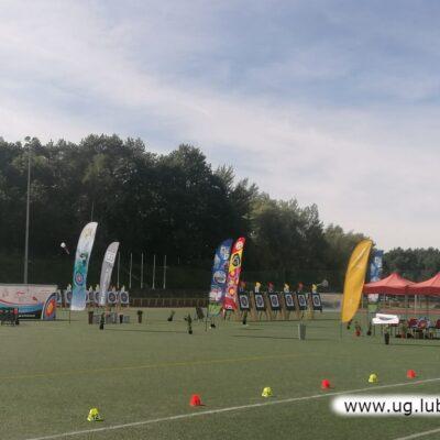 Zawody rozgrywane są na boisku, wymagają bowiem dużej przestrzeni.