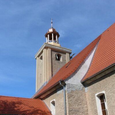 Widok z daleka na kościół i kopułę
