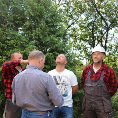 Ekipa nadzoruje wieszanie kopuły