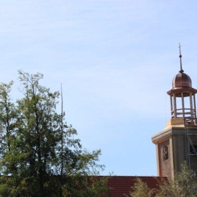 Odrestaurowana kopuła zamontowana na wieży kościoła