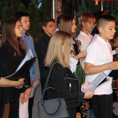 Młodzież podczas uroczystości pod Krzyżem Sybiru