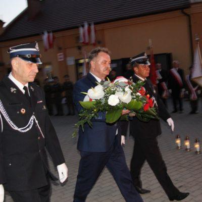 Wójt Gminy Lubin Tadeusz Kielan składa kwiaty