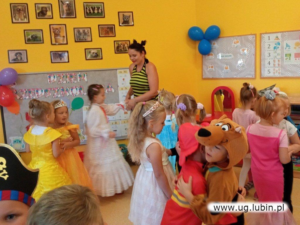 Dzieci na zabawie w przedszkolu