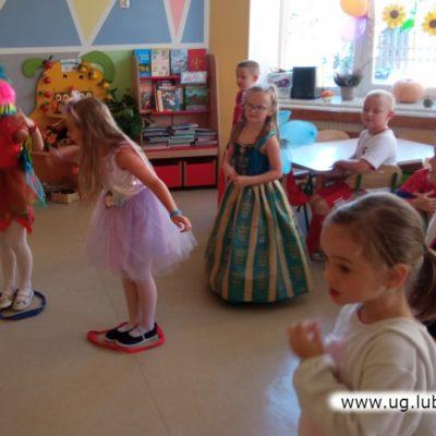 Dzieci tańczące w przedszkolu w oddziale zamiejscowym w Lubinie