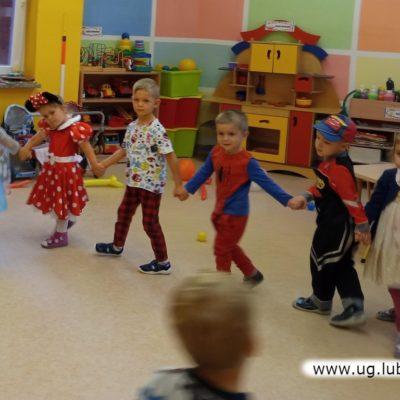 Animatorzy i dzieci podczas wspólnej zabawy