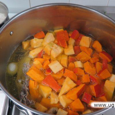 Warzywa gotujące się w garnku