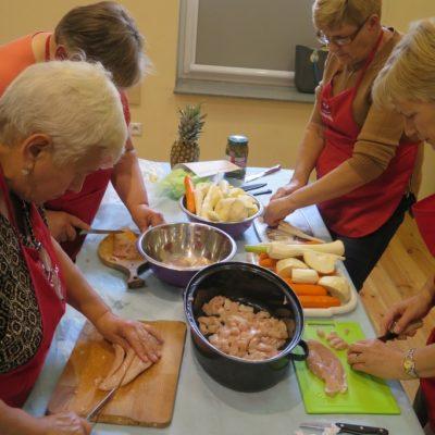 Wspólne gotowanie na warsztatach