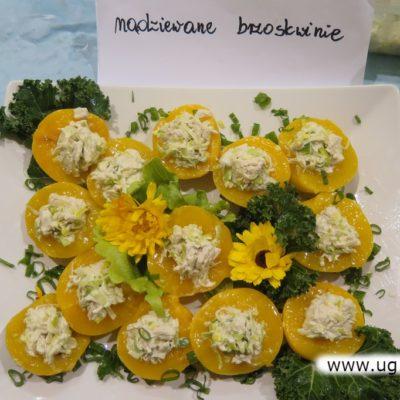Brzoskwinie na talerzach