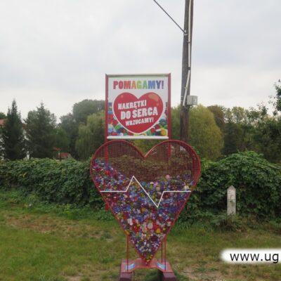 Czerwone serce na nakrętki stało się ozdobą Składowic.