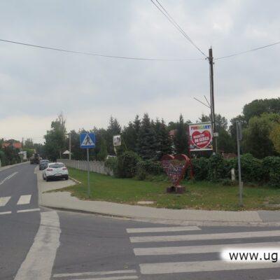 Plakat i serce wpisały się już w krajobraz wsi Składowice.