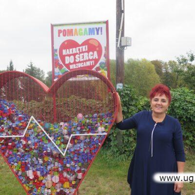 Lucyna Franczak z dumą prezentuje zapełniane po raz kolejny serce.