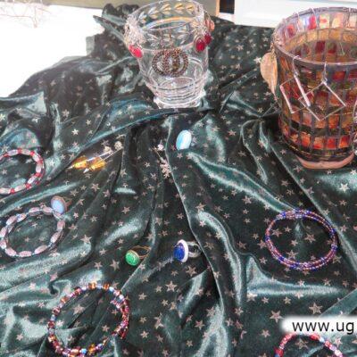 W artystyczny sposób, na suknie zaprezentowano także szkłó, bransoletki, pierścionki.
