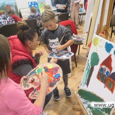 Najmłodsi uczyli się nakładania farb z palety.