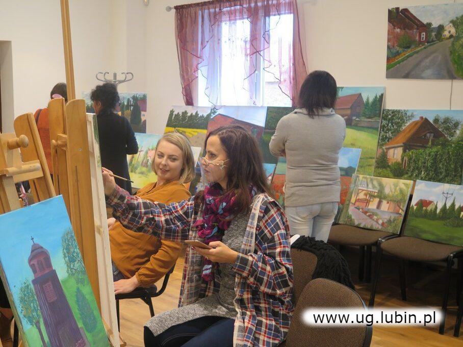 Uczestniczki warsztatów malowały na wernisażu i odpowiadały na pytania gości.