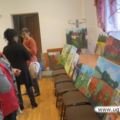 Obrazów było tak dużo, że prezentowano je na stołach i krzesłach.