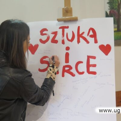 Uczestnicy wernisaży podpisywali się na specjalnym plakacie podsumowującym projekt.