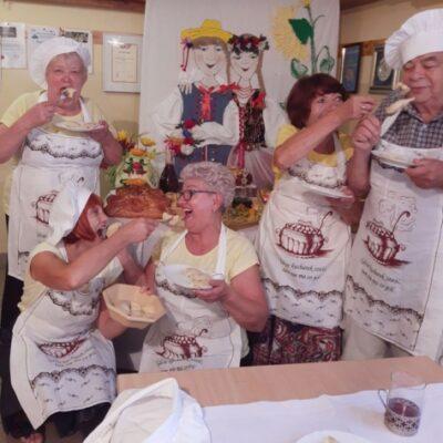 Gospodynie jedzą pierogi na festiwalu kapusty i pieroga