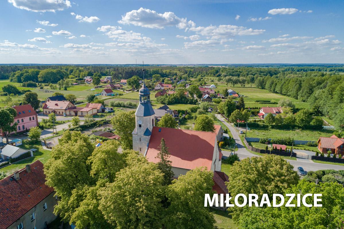 Widok z góry na kościół w Miłoradzicach