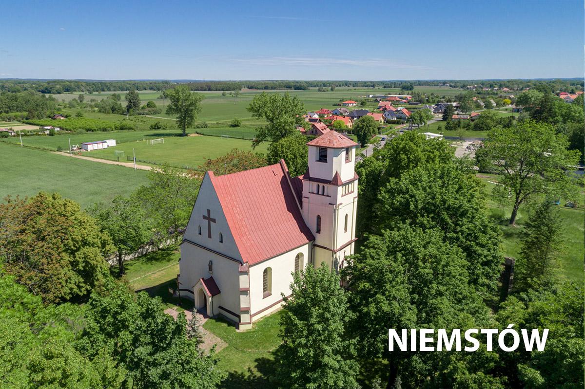 Widok z lotu ptaka na kościół w Niemstowie